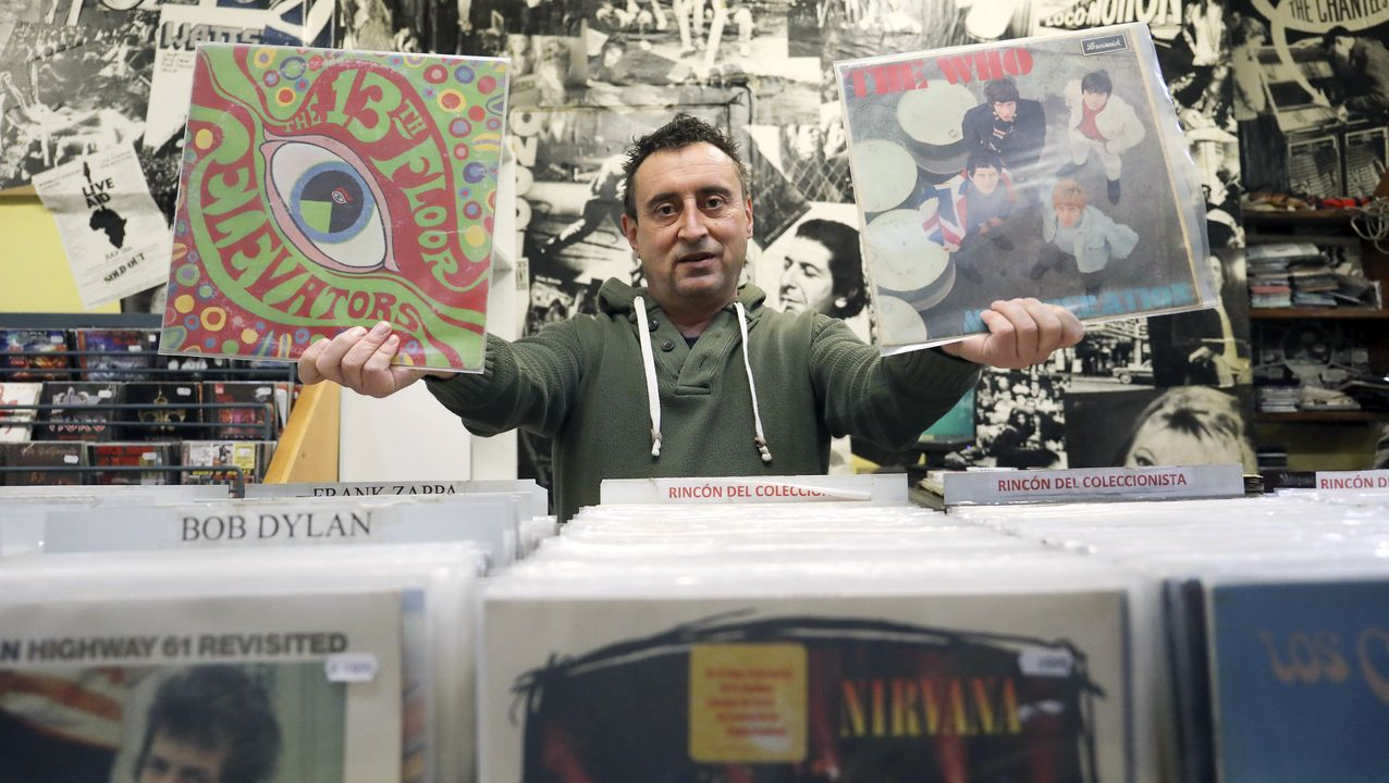 Yago Costoya, el dueño de Disco Precio, la tienda de vinilos de la calle Santiago de Chile, muestra con orgullo dos primeras ediciones. «De estas hay pocas», aclara con  entusiasmo. «No me veo como un empresario. Es un lujo trabajar en lo que te gusta, venir pensando qué disco pongo hoy», enfatiza