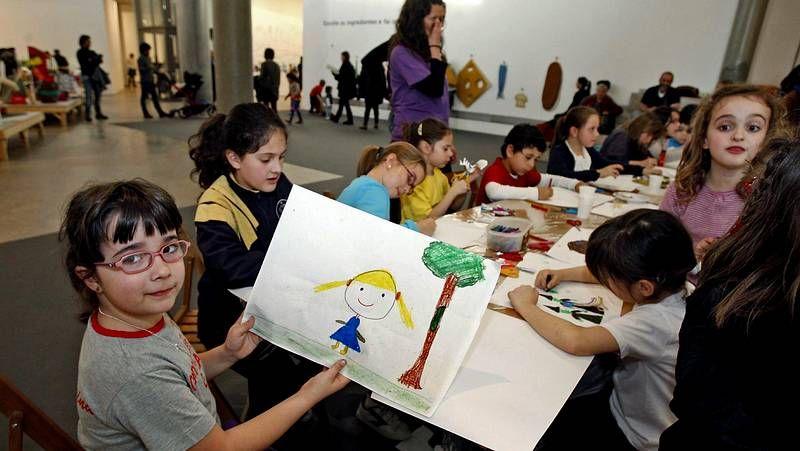 Las familias participan en un curso de formación en la sede de Cruz Roja.