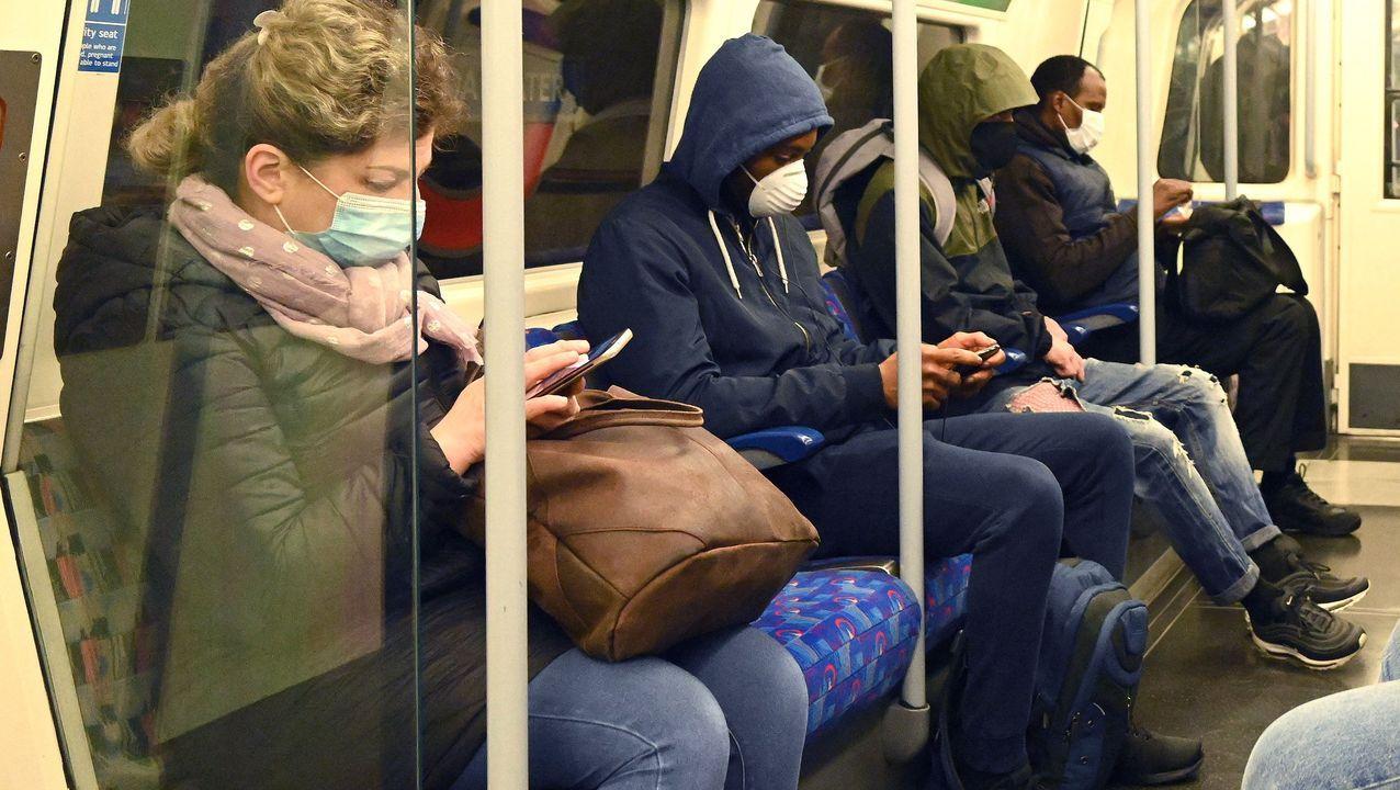 Manifestaciones en Londres yStuttgarten contra de las restricciones.Viajeros, esta mañana, en el Metro de Londres, en la estación de Jubilee Line