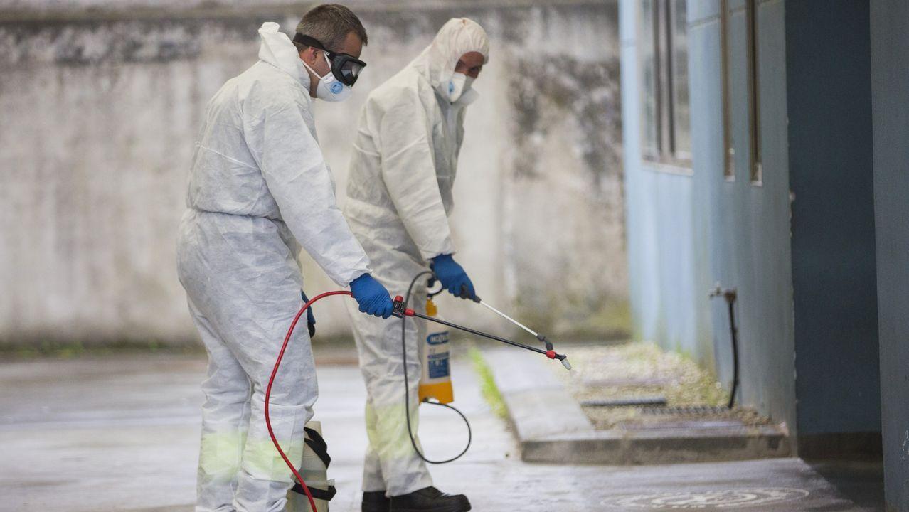 Efectivos de la Unidad Militar de Emergencias, UME realizan tareas de limpieza y desinfección en la Estación Marítima del puerto de Málaga a causa de la pandemia al brote del nuevo coronavirus (COVID-19), en Málaga