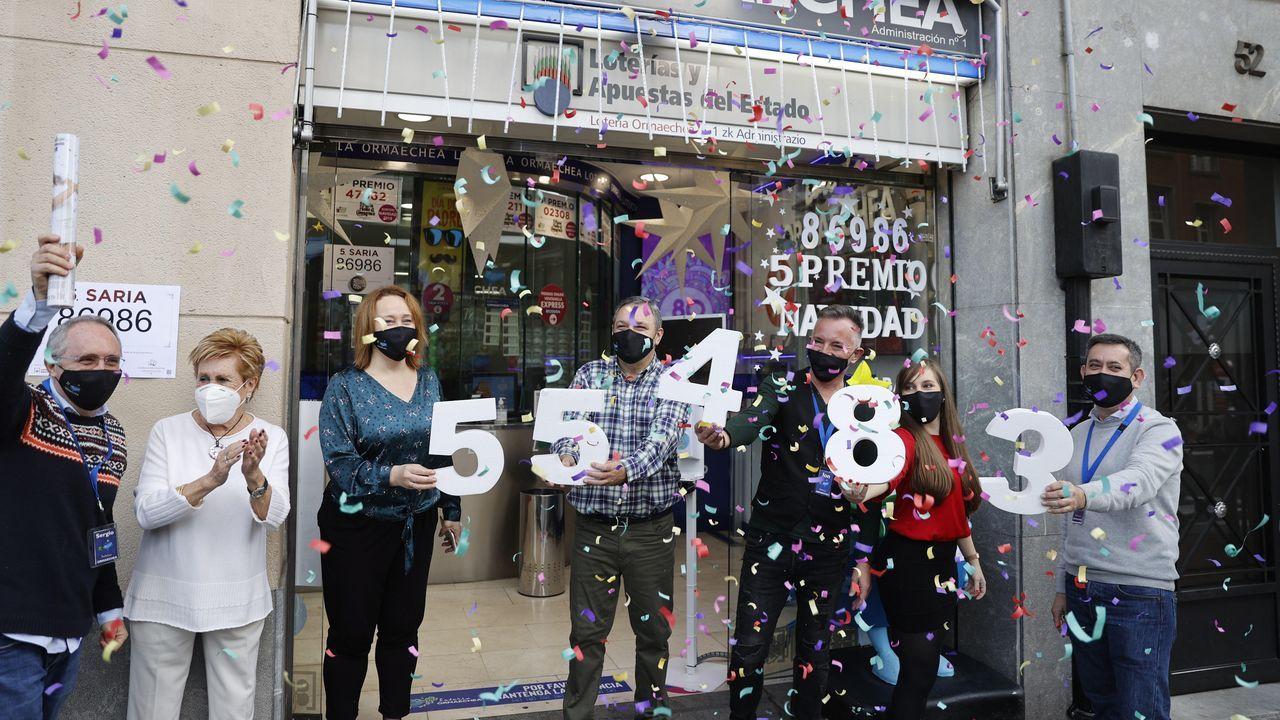 Los loteros de la administración Ormaechea en Bilbao celebran uno de los quintos premios repartidos con el número 55483, de la lotería de Navidad celebrado este martes
