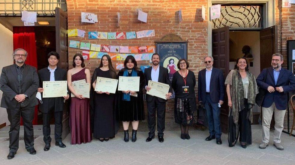 Rosalía Cid (con vestido granate) en la entrega de premios