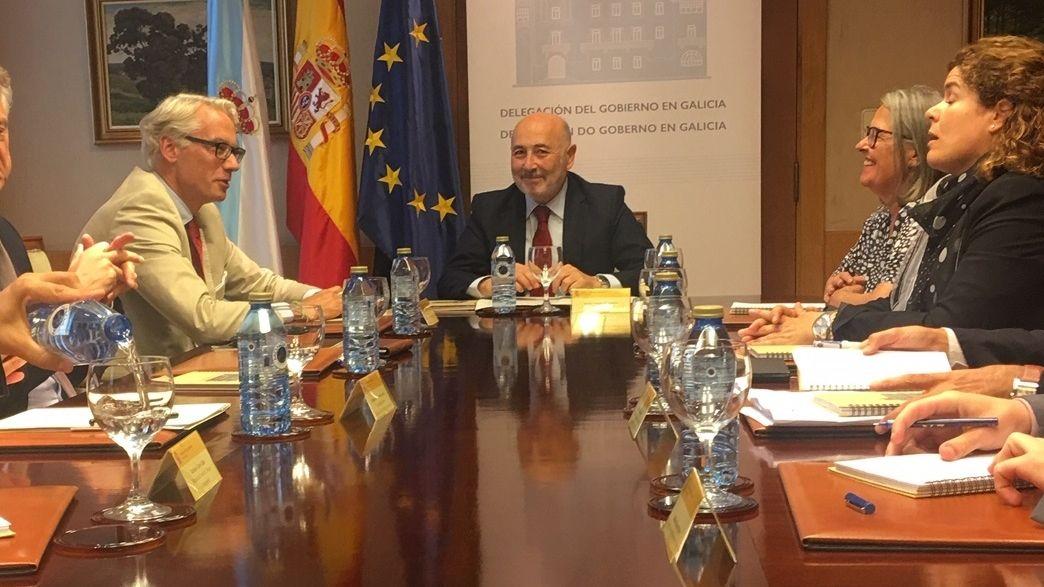 PSA Vigo vuelve al trabajo.Rüdiger Terhorst, socio director de Parter Capital, a la derecha del delegado del Gobierno, durante una reunión en agosto.