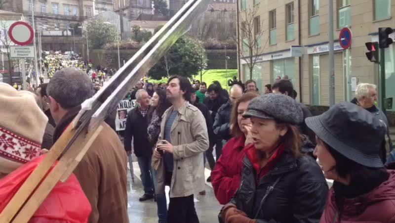 Manifestación en Santiago de los afectados por las preferentes.Guillerme Vázquez junto a Montse Prado; al fondo, Carlos Aymerich.