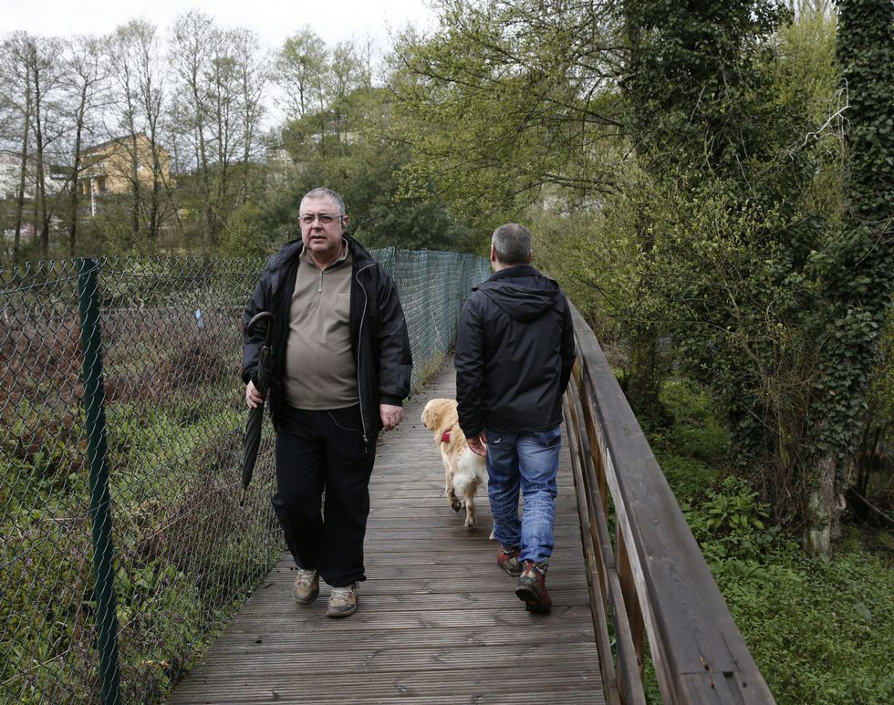 <span lang= es-es > </span><span lang= es-es >Fácil de resbalar</span>. Zonas como la de imagen -del reciente fin de semana- ofrecen un escenario apropiado para una caída, como el episodio de enero del 2014 que ahora cuesta 4.000 euros al Concello de Ourense, por el deficiente mantenimiento y adecuada señalización de la ruta peatonal.