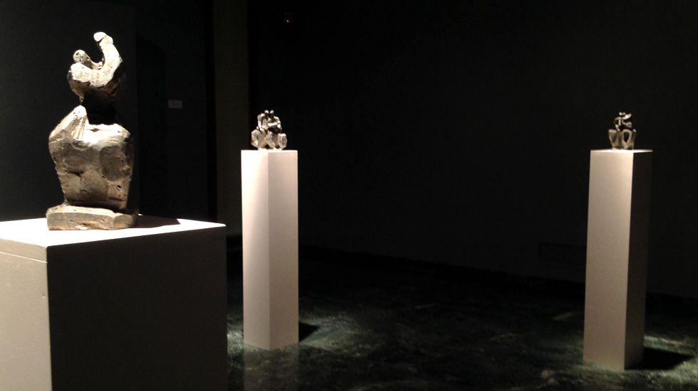 Un aspecto general de la muestra, con tres de las esculturas de Oteiza