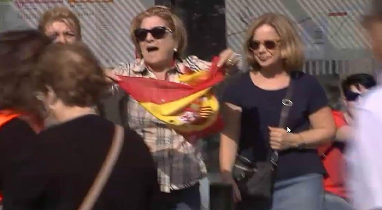 Una mujer termina por los suelos en los incidentes en la marcha independentista en Tarragona