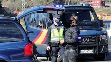 Cierre perimetral. Control de la Policía Nacional en una de las entradas a Oviedo