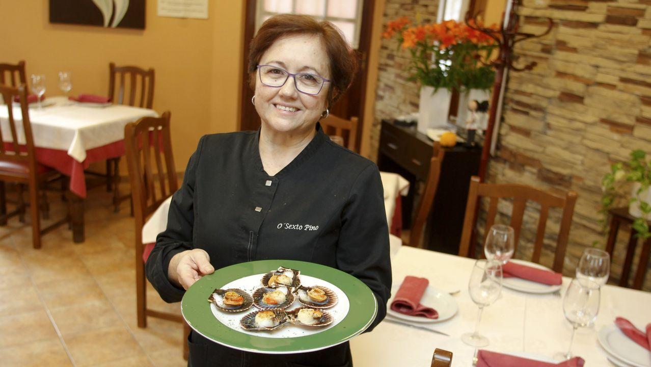 Nila Fernández lleva al frente de O Sexto Pino, en Ferrol, más de 40 años y siempre ha tenido una máxima, que los platos que ofrece a sus clientes estén ricos, que les gusten. Y así ha seguido durante todo este tiempo: «Nunca fue un negocio. Es mi vida», dice quien es conocida por su raxo, sus almejas, su tortilla, sus zamburiñas... la lista es interminable.