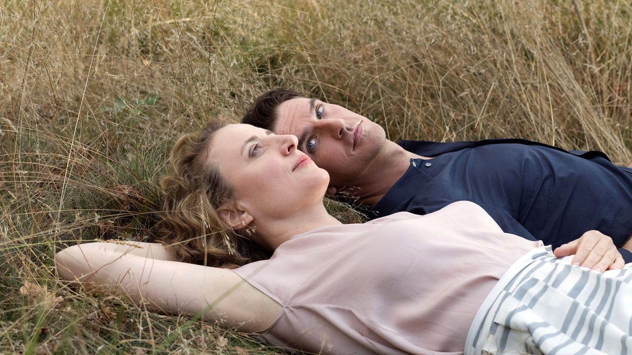 Maren Eggert (mujer) y Dan Stevens (robot), en el filme «I'm Your Man», de la realizadora Maria Schrader, también directora de la serie «Unorthodox»