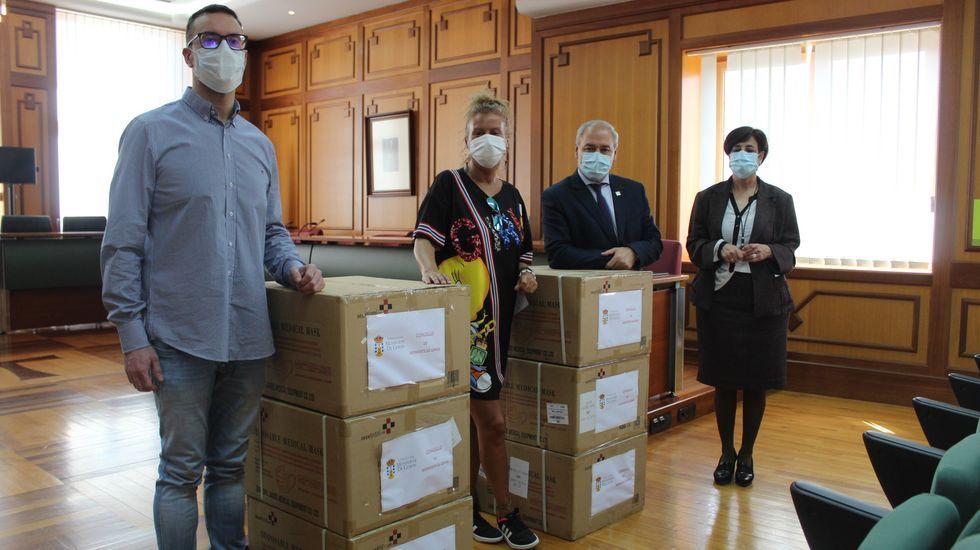 Los responsables del CCU y de la hostelería recibieron el material de manos de Tomé y la primera teniente de alcalde