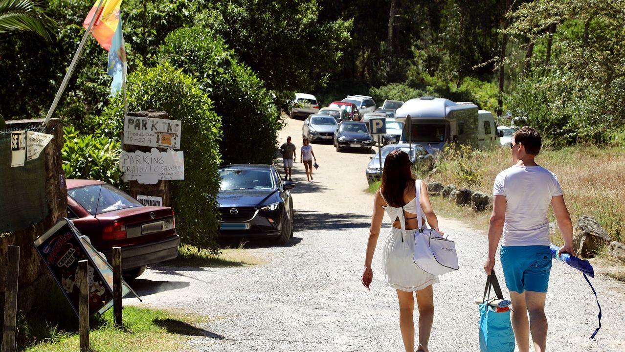 Los cinco espacios que se podrán visitar.Una mujer coloca un cartel informativo en una calle de Viveiro
