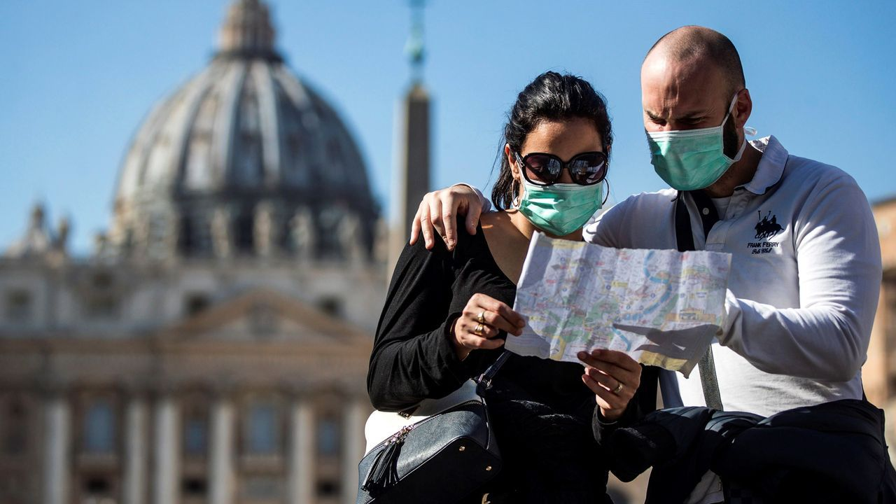 Una pareja de turistas, el pasado lunes, en el Vaticano