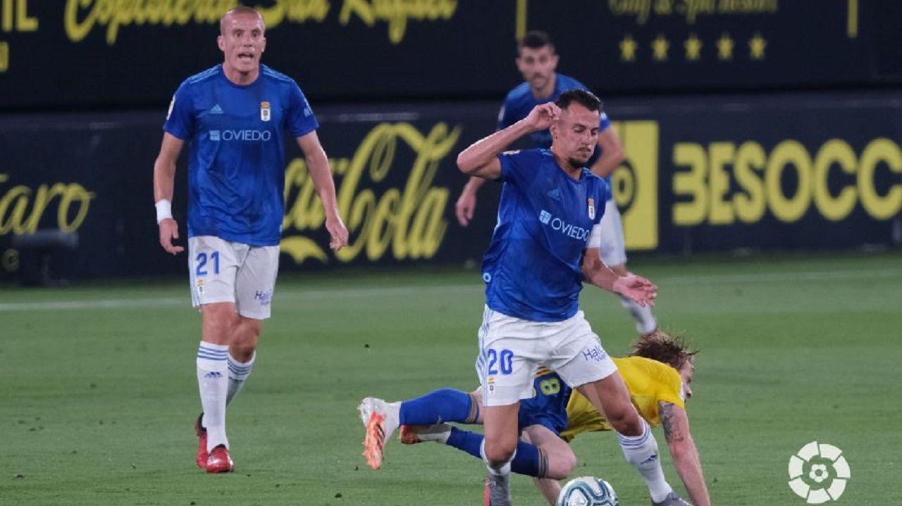 Tejera disputa un balón con Álex Fernández