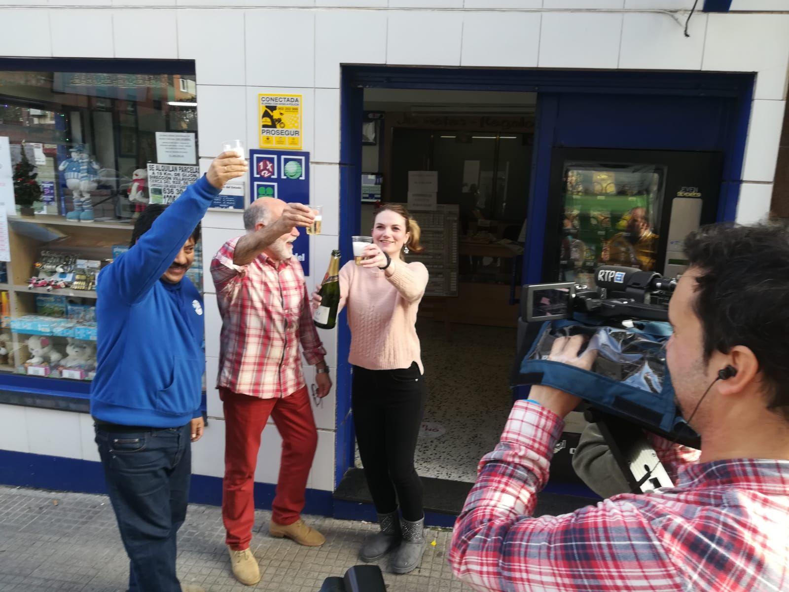 La tienda de regalos Pedro´s en Gijón celebra por todo lo alto su debut en una Lotería Nacional con el Gordo