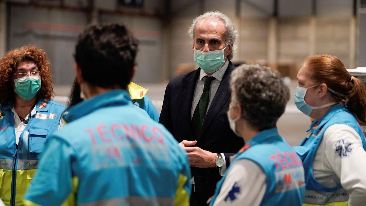 El consejero de Sanidad de la Comunidad de Madrid, Enrique Ruíz Escudero, conversa con el personal sanitario del hospital improvisado en el recinto ferial de Ifema
