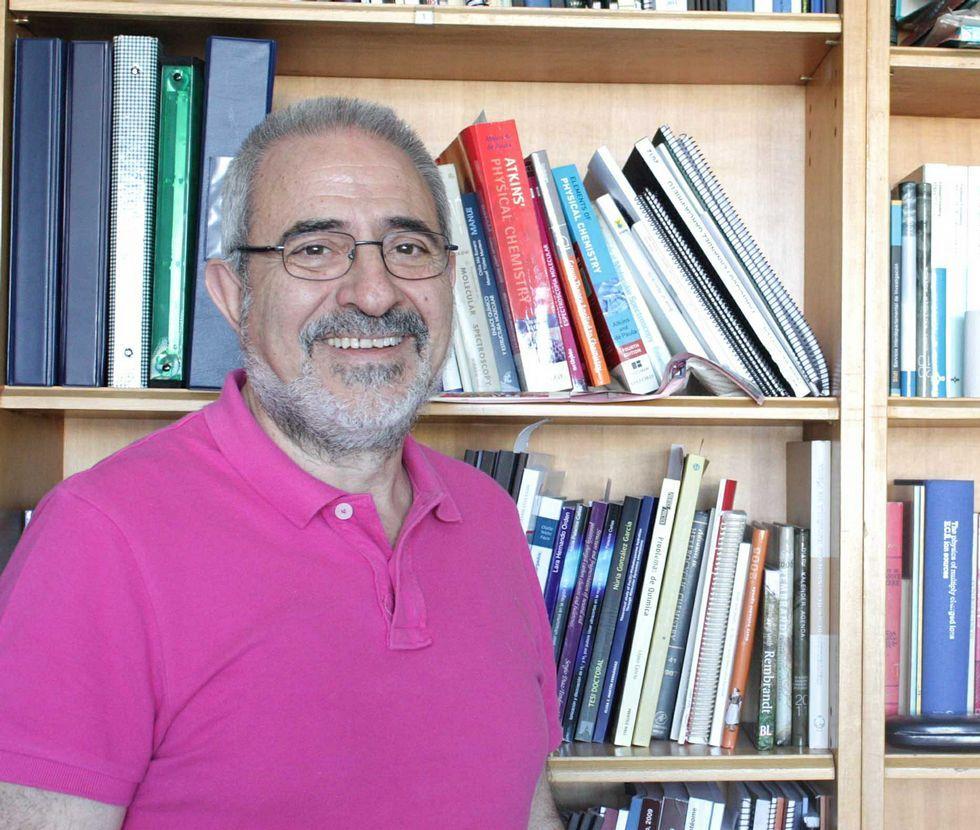 Manuel Yáñez en su despacho de la la cátedra de Física Universidad Autónoma de Madrid.