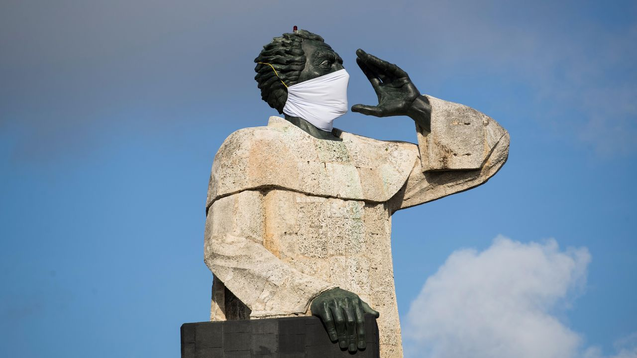 El monumento a Fray Antonio de Montesino, en Santo Domingo, cubierto con una mascarilla