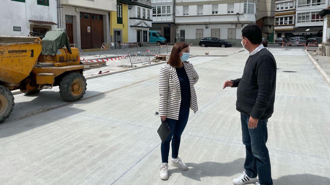 La alcaldesa, María Barral, y el concejal Diego Fernández visitando esta semana las obras de A Ribeira