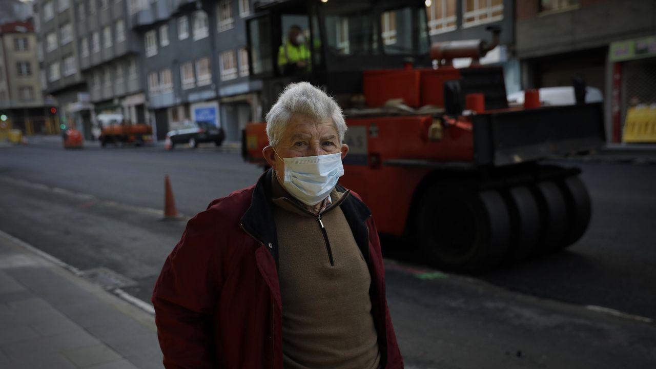 La vida vuelve, relativamente, a su curso para algunos sectores. Un jubilado observa las obras en la ronda de Nelle, en A Coruña
