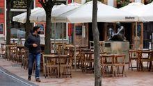 una terraza vacía en el centro de Oviedo