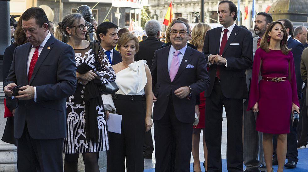 Los reyes Felipe y Letizia junto al inicio de la ceremonia de entrega de los premios Princesa de Asturias 2017, hoy en el Teatro Campoamor de Oviedo