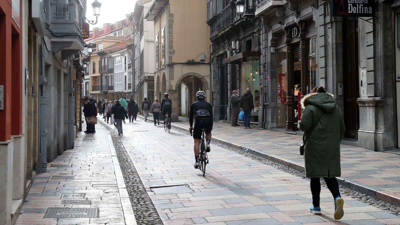 Varias personas pasean por el centro de Avilés