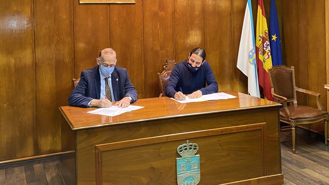 El rector, Manuel Reigosa, y el alcalde de Baños de Molgas, Xaime Iglesias, durante la firma del convenio