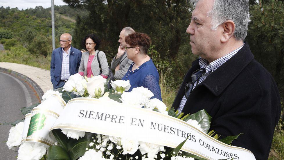 Andrés Rodríguez, primero por la izquierda, y Argimiro Levoso, segundo por la derecha, en un acto solidario de la cooperativa