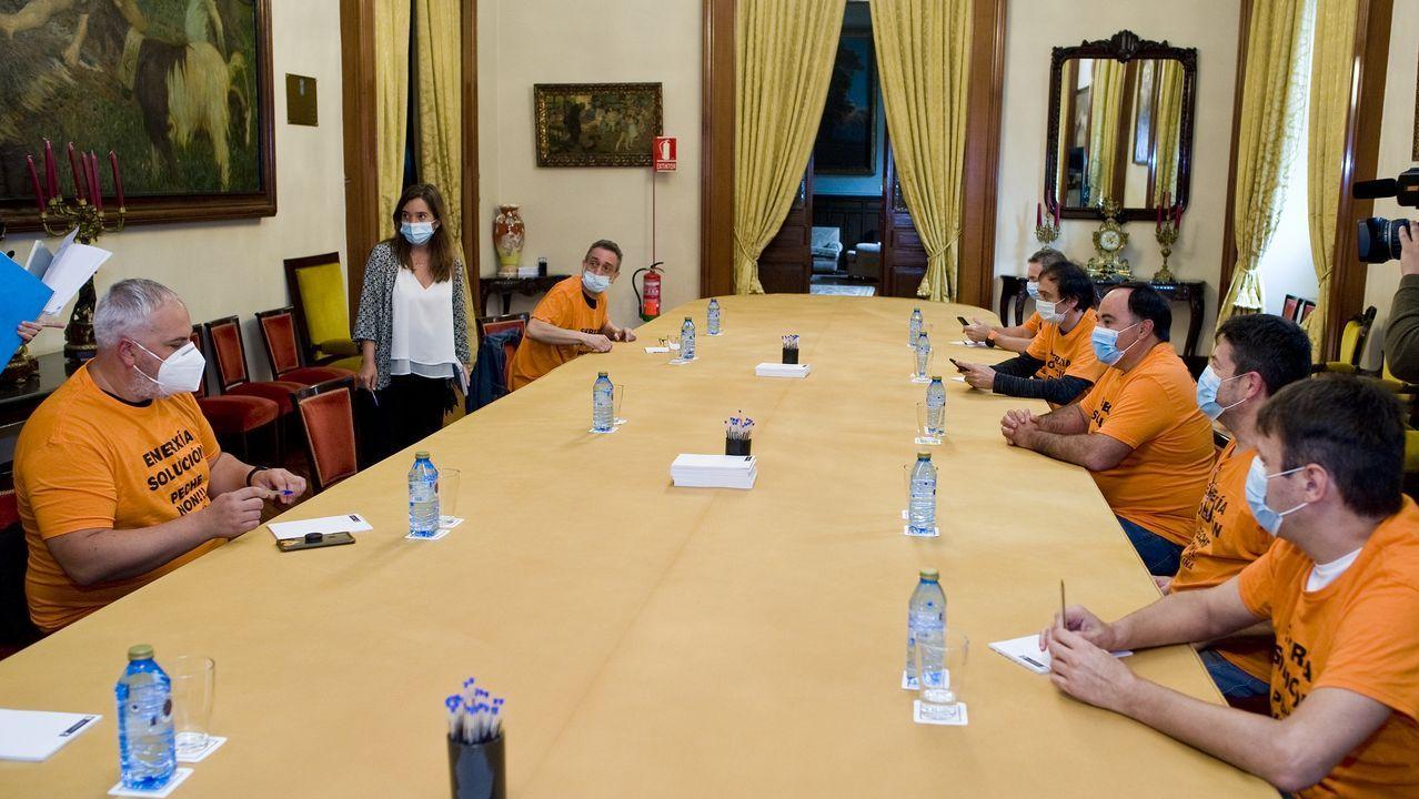 Miembros del comité de Alu Ibérica iniciaron un encierro contra la reventa a Riesgo; en la foto, con la alcaldesa de A Coruña, Inés Rey