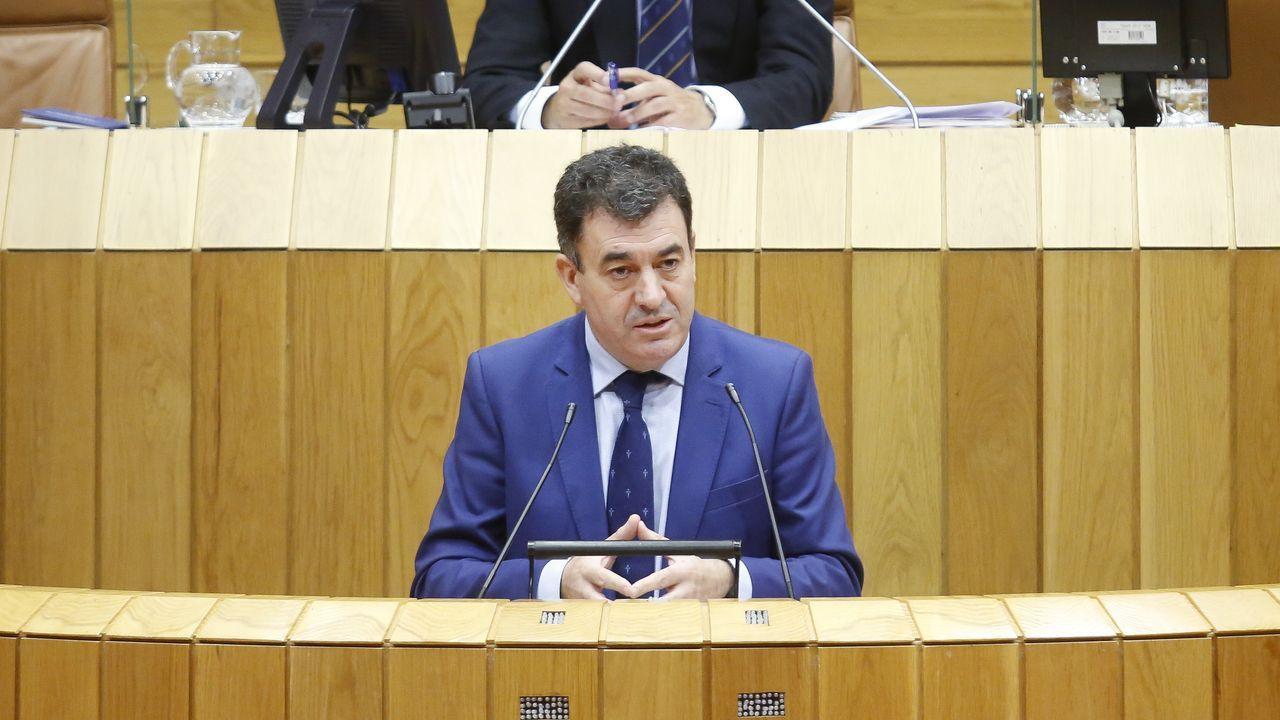 Roman Rodríguez en la tribuna del Parlamento gallego en su comparecencia para hablar sobre el inicio del curso