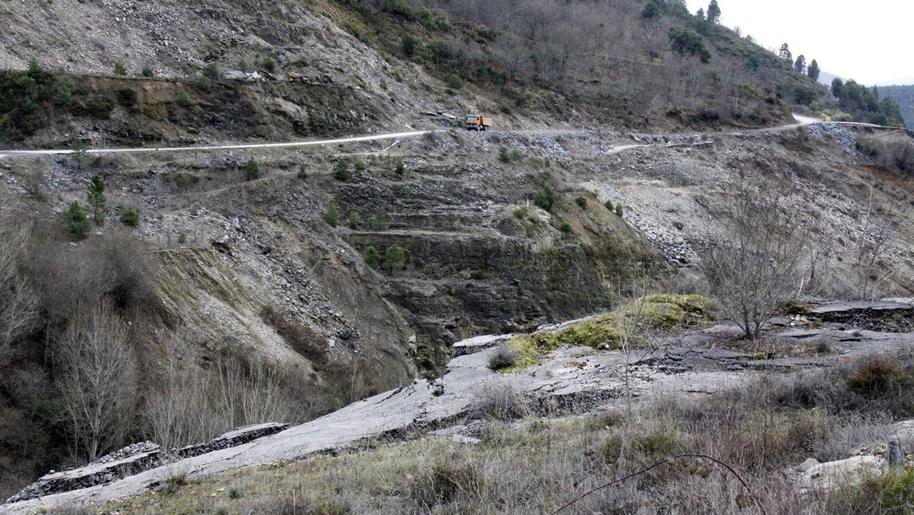 Las laderas en las que se apoya la carretera a San Vicente de Leira se desestabilizaron por la explotación pizarrera