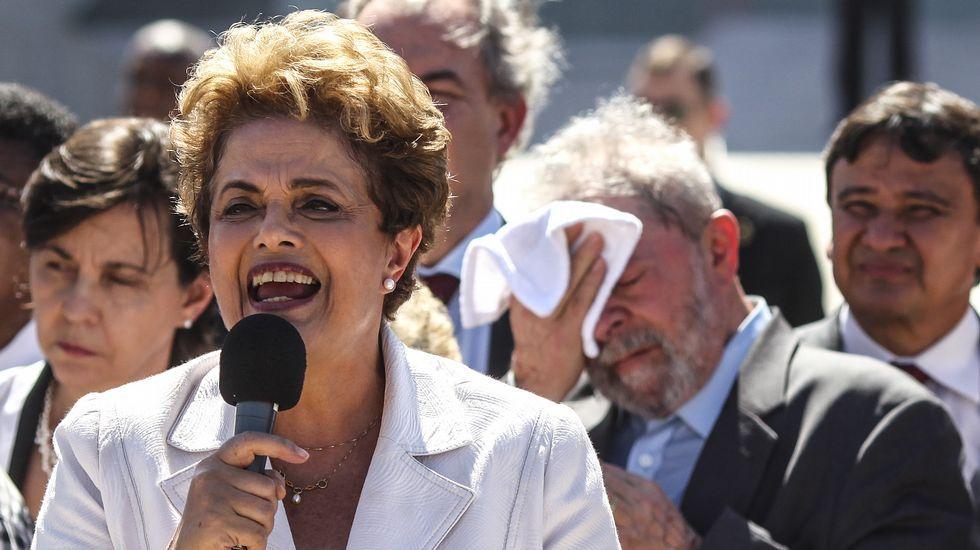 «Esto supondrá un antes y un después en Brasil».Delante de Lula, Dilma se dirige a sus seguidores tras abandonar la residencia oficial de Planalto (en Brasilia)