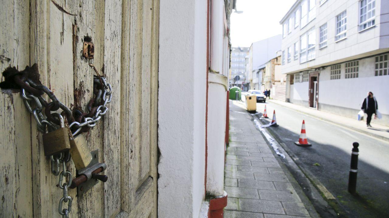 Identifican a los okupas de un edificio de A Falperra.El inmueble está equipado para vivir, ya que tiene electrodomésticos, ropa de cama y, entre otras cosas, cubertería