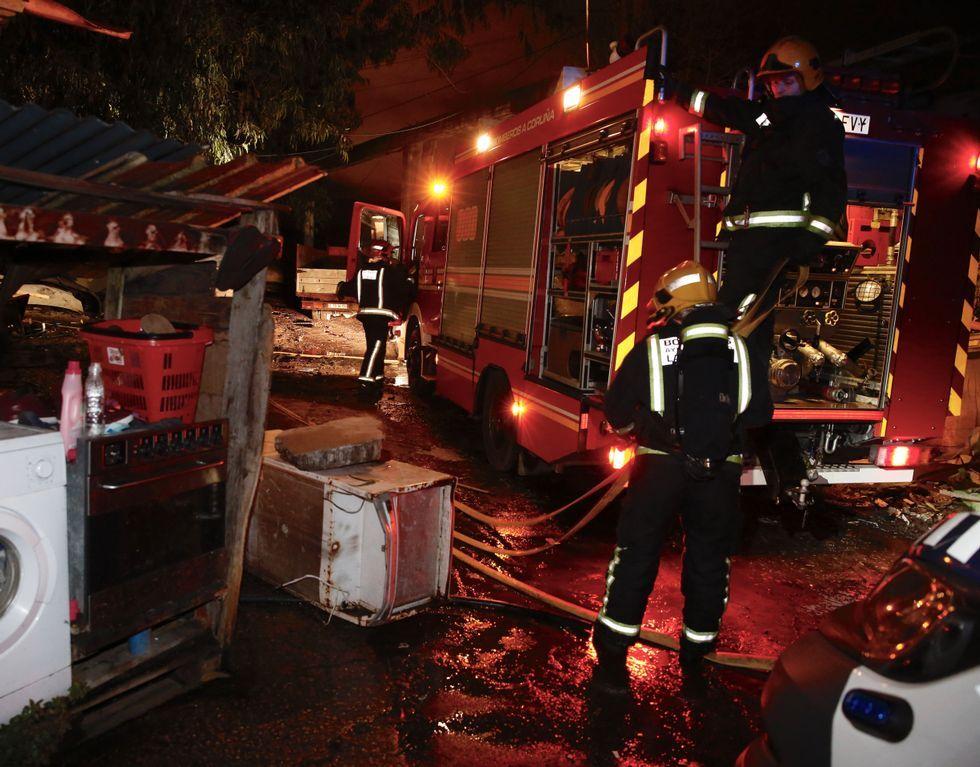 La resaca de la investidura fallida: ¿Estamos abocados a una terceras elecciones?.Los bomberos, durante las labores de extinción del fuego.
