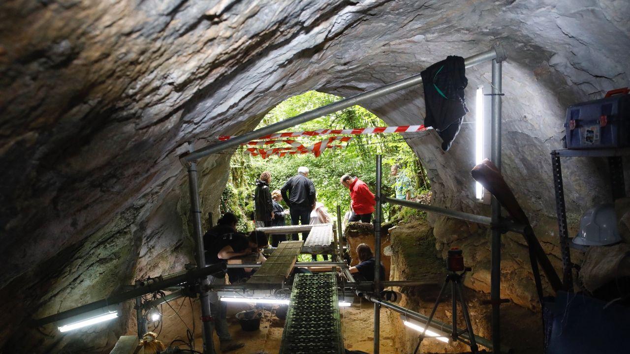 Excavaciones en el interior de Cova Eirós durante la última campaña arqueológica desarollada en el yacimiento, durante el verano del año pasado