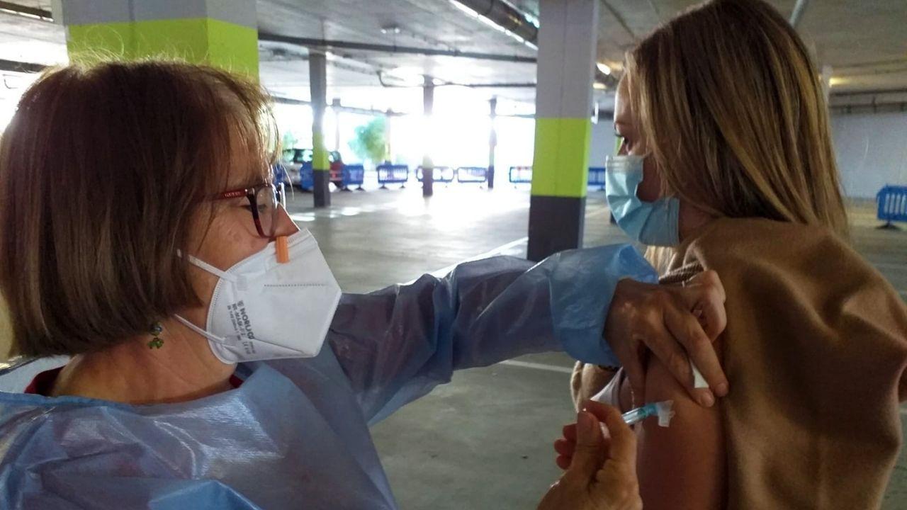 Un abogado de Oviedo recibe una brutal paliza de un maltratador.Una profesora se vacuna contra el coronavirus en el HUCA