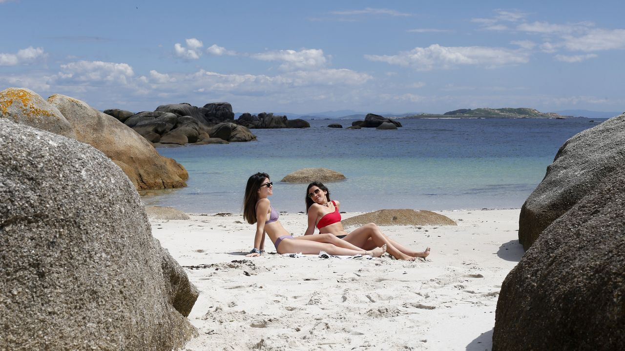 Playa de Couso, Ribeira.  Situada entre el mar abierto y la entrada norte de la ría de Arousa, esta cala apenas cuenta con bañistas. Cuando sube la marea, el agua se traga este bello paraíso de arena blanca y aguas cristalinas, que está muy recogido por las rocas.