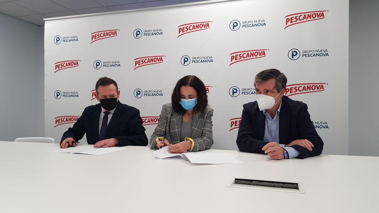 El convenio entre Nueva Pescanova y Down Vigo lo firmaron en las instalaciones de la empresa en Chapela Alfonso Gordon y Marta Otero (director corporativo de Personas y directora general industrial del grupo) y José Manuel García (presidente de la asociación)