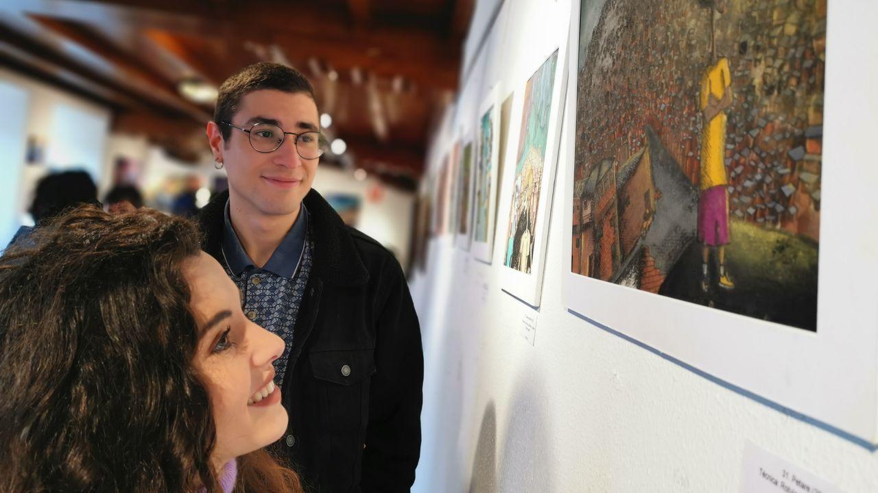 Marian Rivera y Octavio Blanco, en la inauguración de la exposición  Invenciones , en la que también se incluyen obras de Secundino Rivera, en el concello de Ortigueira