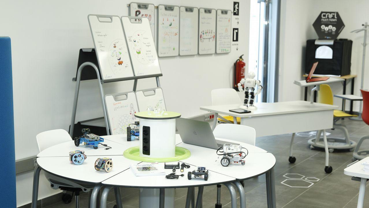 Enchufes, portátiles y robots. Con placas Arduino o más sofisticadas, decenas de robots y ordenadores se repiten por toda el aula