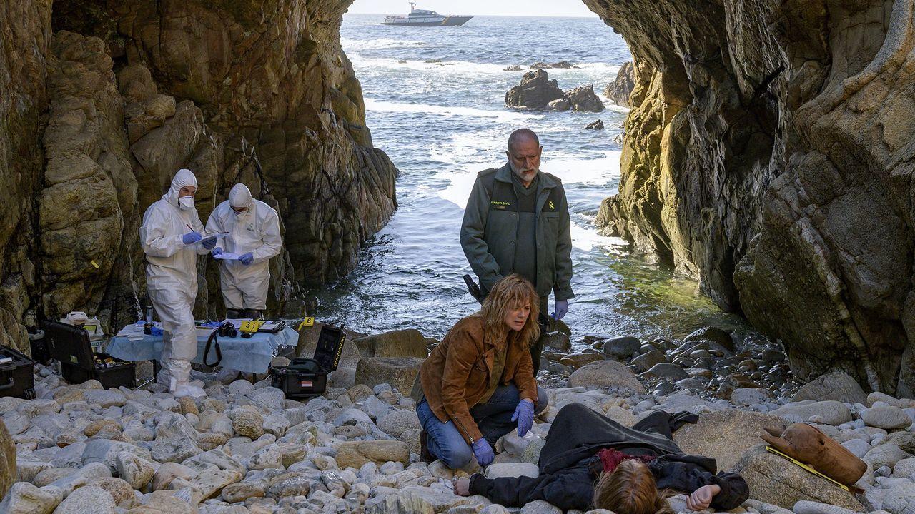 Nancho Novo e Emma Suárez, nunha escena da serie «Néboa»