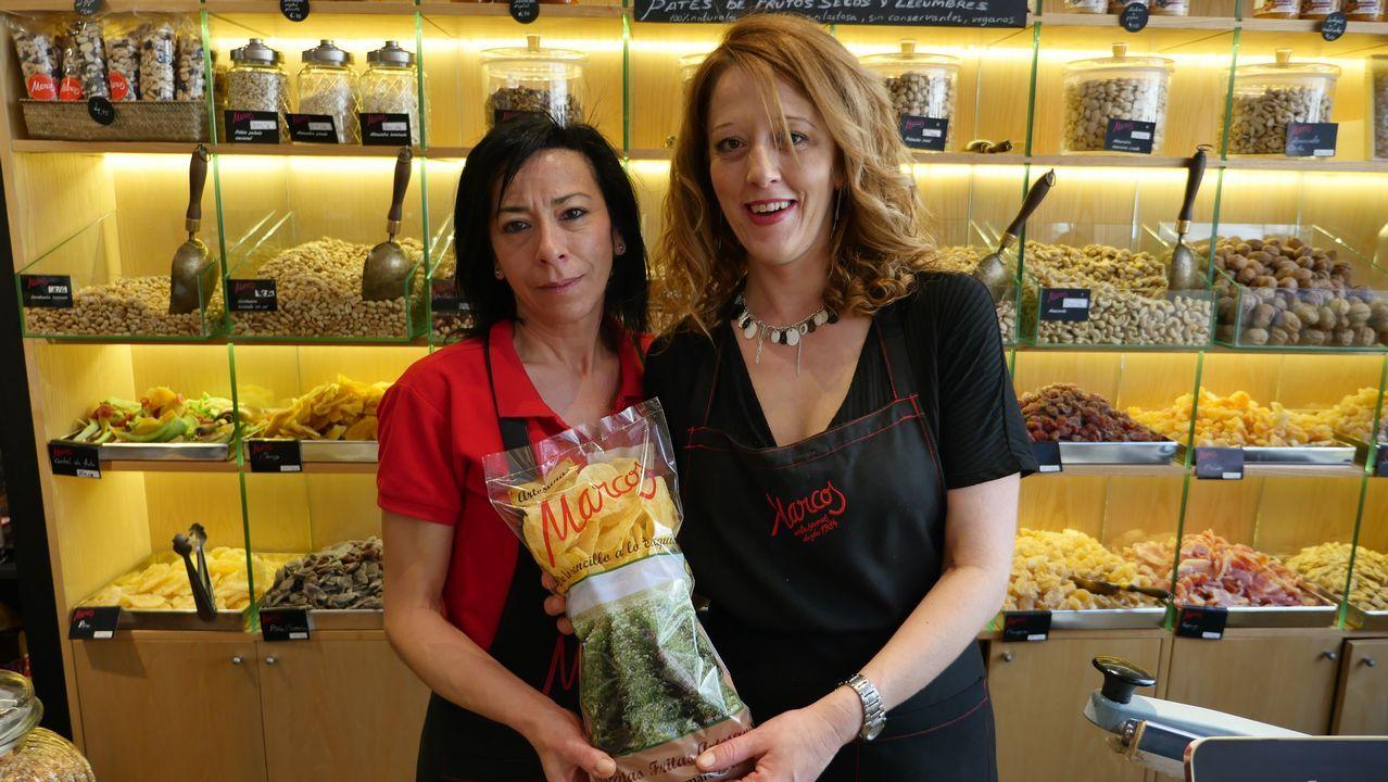 Esther Martín y María José Villacondo, dependientas de una tienda de patatas fritas en León