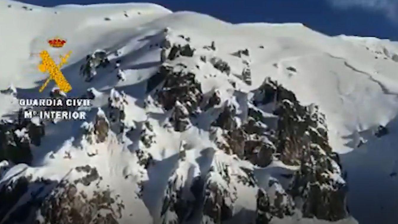 La Guardia Civil busca a un operario sepultado por un alud de nieve.Alexéi Navalni, este lunes, prestando declaración en comisaría
