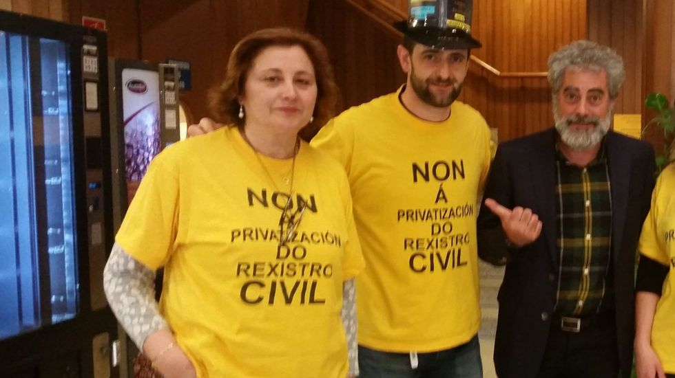 A la izquierda, Ramón Barcia Abad, ejerciendo de secretario de la cofradía de Burela en las elecciones de mayo del 2000. A su lado, José Roca Dopico, expatrón mayor burelense