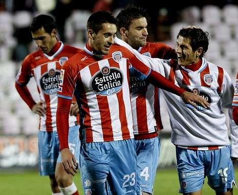 Iago, felicitado por Pablo Sánchez y Víctor Marco tras meter el gol 100 del Lugo en Segunda.