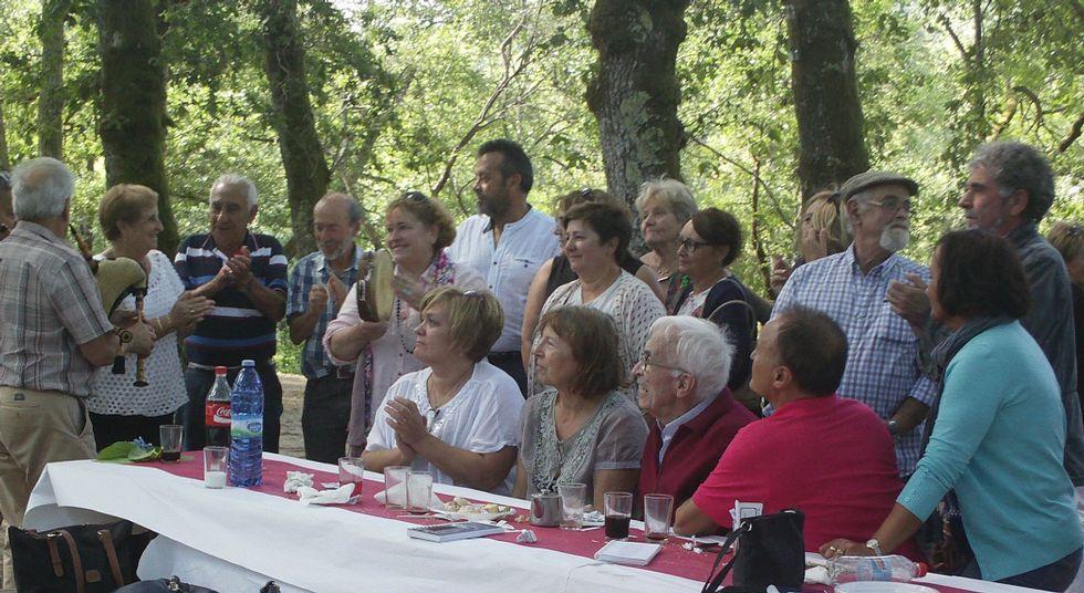 Neira Vilas recibio ayer el homenaje anual, que también recuerda a Anisia Miranda de un grupo de amigos.