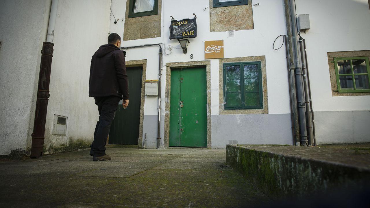 Sábanas reivindicativas en el Bar Especial Bon Bon de Vimianzo