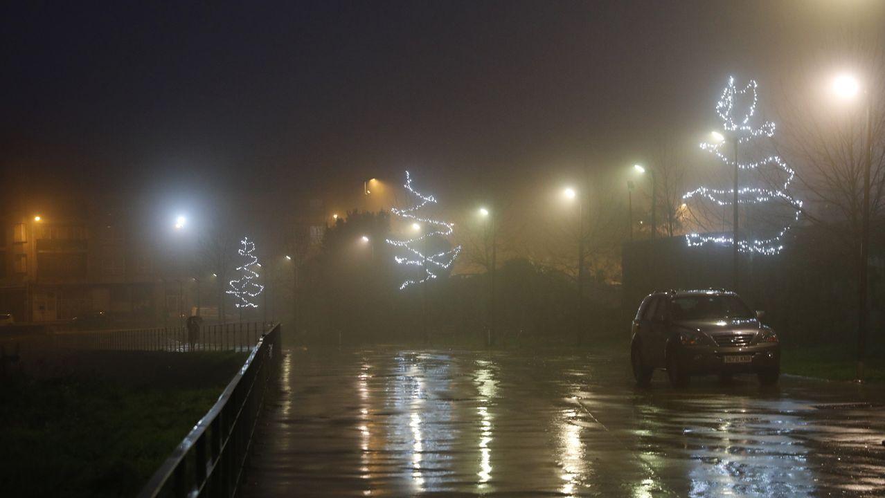 NAVIDAD EN CELANOVA.A pesar de la lluvia, las luces de Navidad iluminan la vila de san Rosendo