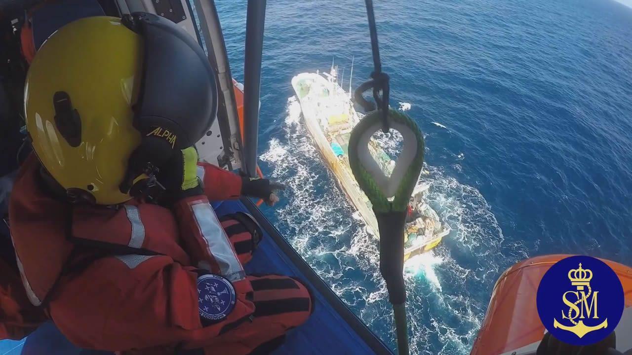 Evacuación del marinero accidentado en el Ana Galdón, a 142 millas de A Coruña.Exposición de Óscar Cabana.